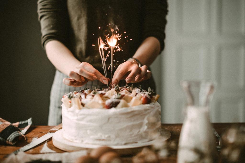 Organizzazione festa con torta di compleanno
